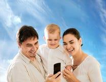 Famiglia che invita telefono Fotografie Stock Libere da Diritti
