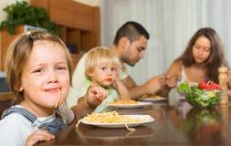 Famiglia che mangia gli spaghetti Immagine Stock Libera da Diritti