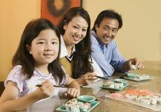 Famiglia che mangia insieme il ritratto dei sushi immagini stock libere da diritti