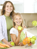 Famiglia che mangia le mele Immagini Stock Libere da Diritti