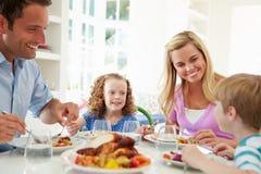 Famiglia che mangia pasto a casa insieme fotografia stock libera da diritti