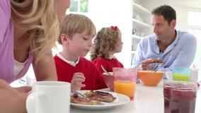 Famiglia che mangia prima colazione in cucina insieme video d archivio