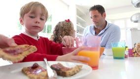 Famiglia che mangia prima colazione in cucina insieme archivi video