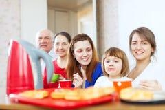 Famiglia che mangia prima colazione nel paese Immagini Stock