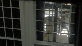 Famiglia che mangia prima colazione, vista attraverso la finestra della casa stock footage