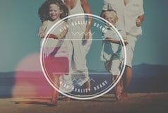 Famiglia che mantene concetto allegro del distintivo della spiaggia di vacanza immagine stock libera da diritti