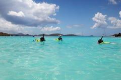 Famiglia che naviga usando una presa d'aria Fotografie Stock Libere da Diritti