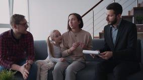 Famiglia che parla del dettaglio della casa in affitto e dei documen pronti del segno archivi video