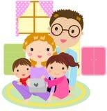 Famiglia che per mezzo di un calcolatore del ridurre in pani Fotografie Stock Libere da Diritti