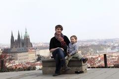 Famiglia che posa sul fondo della st Vitus Cathedral Immagine Stock Libera da Diritti