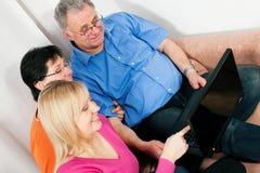 Famiglia che pratica il surfing il Internet Immagine Stock