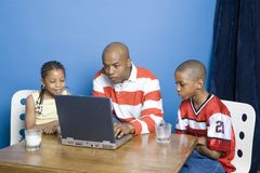 Famiglia che pratica il surfing la rete Fotografia Stock
