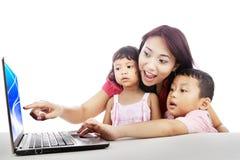 Famiglia che pratica il surfing sul Internet Fotografie Stock