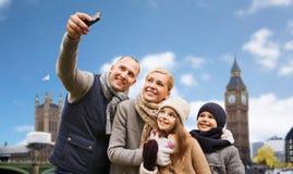 Famiglia che prende selfie dallo smartphone nella città di Londra fotografia stock