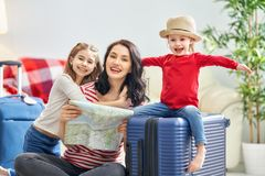 Famiglia che prepara per il viaggio immagini stock