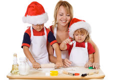 Famiglia che produce i biscotti al tempo di natale Fotografia Stock