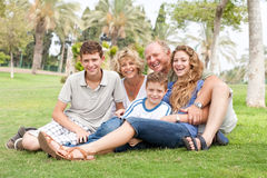Famiglia che propone per la macchina fotografica Immagini Stock
