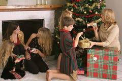Famiglia che riparte i presente Fotografia Stock