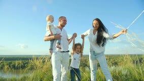 Famiglia che riposa in natura archivi video