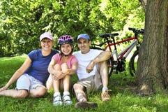 Famiglia che riposa in una sosta Fotografia Stock