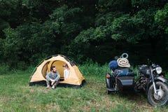 Famiglia che si accampa, papà con la figlia in foresta immagini stock libere da diritti
