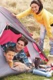 Famiglia che si distende all'interno della tenda sulla festa di campeggio fotografie stock libere da diritti