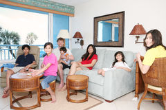 Famiglia che si distende nel salone fotografia stock libera da diritti