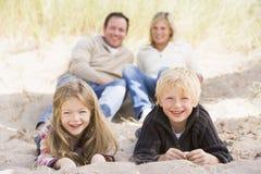 Famiglia che si distende sul sorridere della spiaggia Fotografia Stock Libera da Diritti