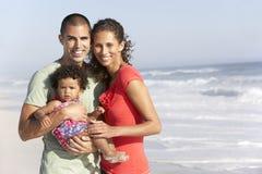Famiglia che si distende sulla spiaggia Fotografia Stock