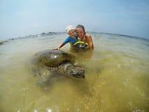 Famiglia che si immerge con la tartaruga immagini stock libere da diritti