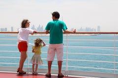 Famiglia che si leva in piedi sulla piattaforma della fodera di crociera Fotografia Stock