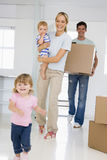 Famiglia che si muove dentro Fotografia Stock