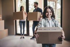 Famiglia che si muove nella nuova casa fotografia stock libera da diritti