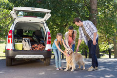 Famiglia che si prepara per andare sul viaggio stradale Immagini Stock
