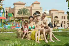 Famiglia che si rilassa alla località di soggiorno di vacanza Fotografie Stock Libere da Diritti