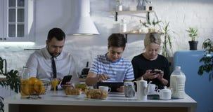 Famiglia che si siede al tavolo da cucina archivi video