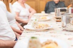 Famiglia che si siede e che ha una cena Immagini Stock Libere da Diritti