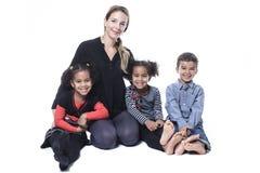 Famiglia che si siede sul pavimento di una fotografia Immagini Stock Libere da Diritti