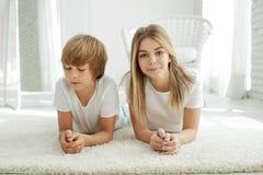 Famiglia che si trova sul tappeto a casa immagini stock