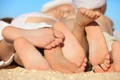 Famiglia che si trova sulla sabbia Fotografia Stock