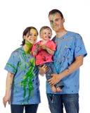 Famiglia che sorride dopo avendo una lotta della vernice fotografie stock
