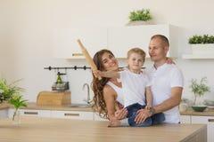 Famiglia che spende insieme tempo a casa fotografia stock