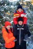 Famiglia che spende tempo all'aperto nell'inverno fotografia stock libera da diritti