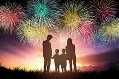 famiglia che sta e che guarda i fuochi d'artificio immagine stock