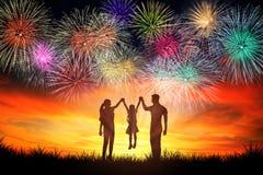 famiglia che sta e che guarda i fuochi d'artificio fotografia stock libera da diritti