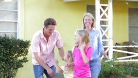 Famiglia che sta fuori casa stock footage