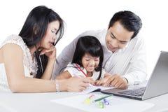 Famiglia che studia insieme sullo scrittorio Fotografia Stock Libera da Diritti