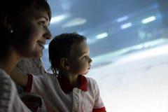 Famiglia che studia vita marina Immagini Stock