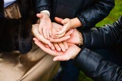 Famiglia che tiene insieme le loro mani Fotografia Stock Libera da Diritti