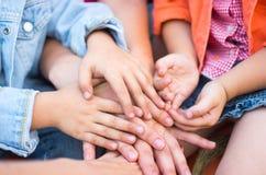 Famiglia che tiene insieme le loro mani Fotografia Stock